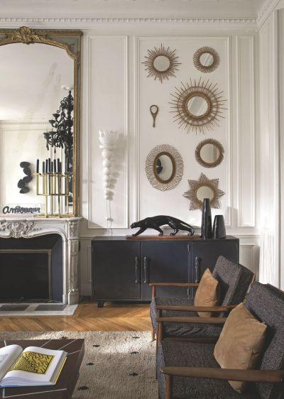 un-salon-avec-des-miroirs-deco_5153593.jpg