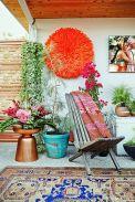 décoration-terrasse-–bohème-tapis-extérieur-table-appoint-cuivre-fleur-artificielle-orange-couverture-motifs-ethniques